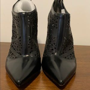 Cut out leather pointed toe black booties